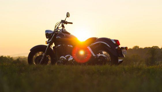 moottoripyörä ja auringonlasku